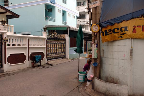 ちょっと気になる路上風景・タイ文字時計_b0131470_11164926.jpg