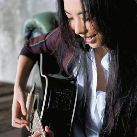 笑顔でギターを弾くLoveさん