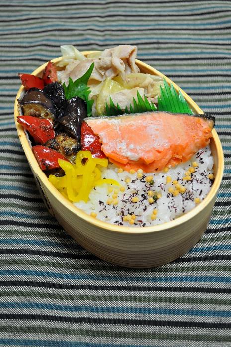 鮭と茄子の練り胡麻炒めのお弁当_b0171098_758346.jpg