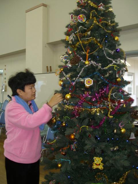 竜王の里で。楽しいクリスマスツリーの飾り付け_d0139806_2235391.jpg