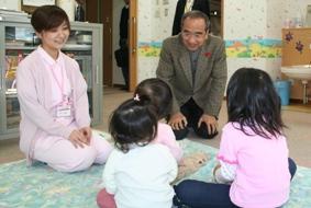 「ひまわり」の子どもたちと知事の写真