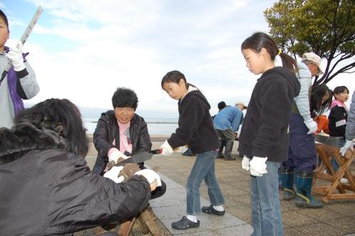 2009「丸太を切ってサンタを作ろう」 in せんなん里海公園_c0108460_22341484.jpg