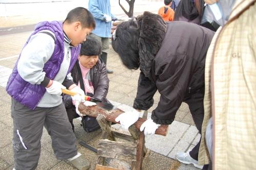 2009「丸太を切ってサンタを作ろう」 in せんなん里海公園_c0108460_22351133.jpg