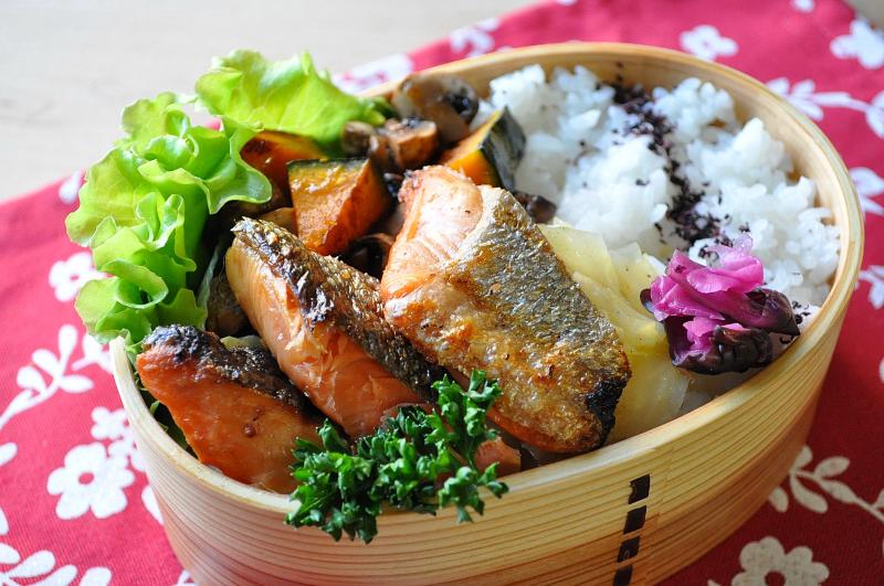 燻し銀☆光る鮭弁当。。。_b0171098_8311420.jpg