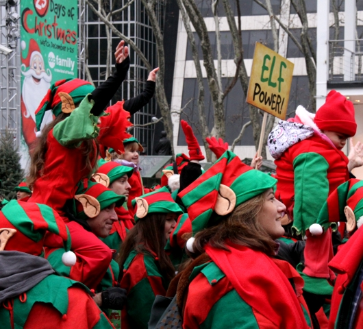 世界最大のエルフ・パーティ! World Record Elf Party in NYC_b0007805_22103686.jpg
