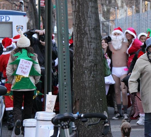 ニューヨークを大量のサンタさんで占拠! SantaCon 2009 (その2)_b0007805_20335198.jpg