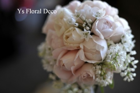 淡いピンク色と白い小花のラウンドブーケ_b0113510_13115538.jpg
