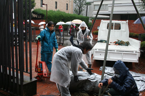 雨の中の搬入。日芸彫刻展スタート。_f0171840_16223319.jpg