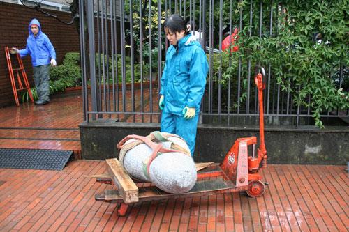 雨の中の搬入。日芸彫刻展スタート。_f0171840_1622585.jpg
