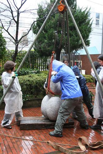 雨の中の搬入。日芸彫刻展スタート。_f0171840_16232240.jpg