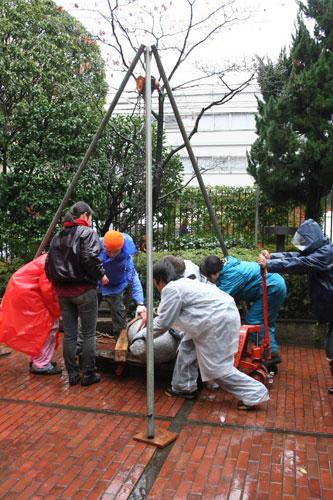 雨の中の搬入。日芸彫刻展スタート。_f0171840_16234377.jpg