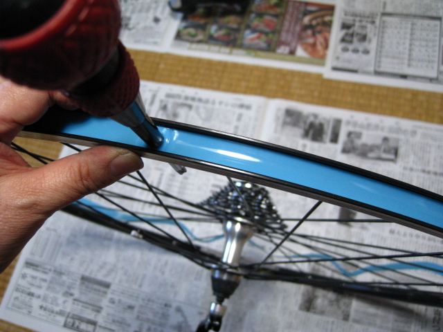 自転車の 自転車 リムテープ ママチャリ : リムテープ張り施工中