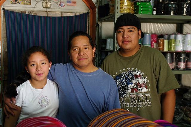 生地屋の家族  グアテマラ・チチカステナンゴ2_b0112443_22505949.jpg