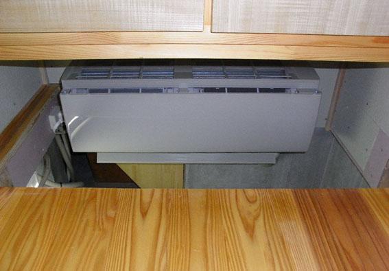 Q1西落合の家:床下暖房用のエアコンが設置_e0054299_16142987.jpg