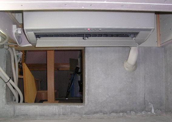 Q1西落合の家:床下暖房用のエアコンが設置_e0054299_1622227.jpg