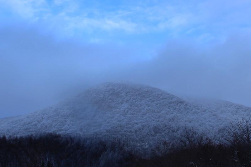 冬の六角牛山と神社_f0075075_18312086.jpg