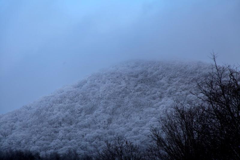 冬の六角牛山と神社_f0075075_1831263.jpg