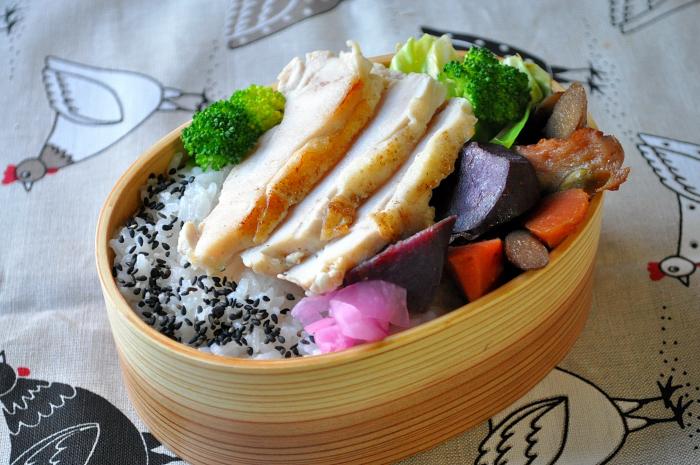 紫芋の煮物と柔らか鶏のお弁当_b0171098_8241462.jpg