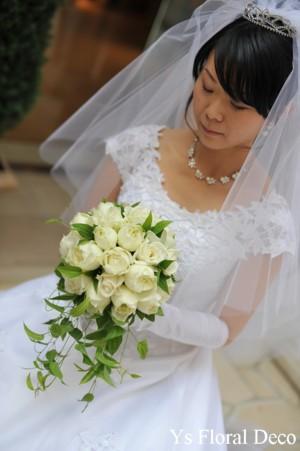 白いバラの変形ラウンドブーケ_b0113510_23533280.jpg