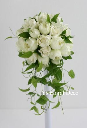 白いバラの変形ラウンドブーケ_b0113510_23534850.jpg