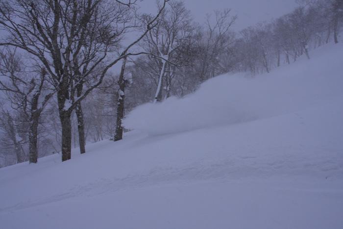 雪の壁を舞い上げる_d0147338_22372932.jpg