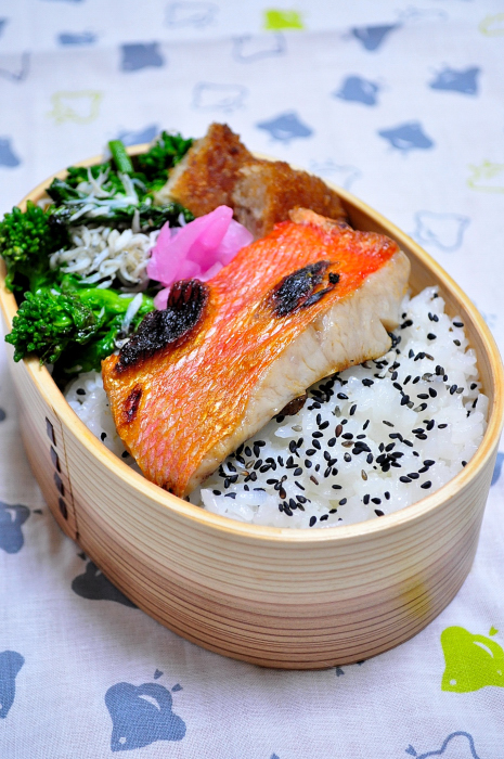 金目鯛のひと塩焼きとコロッケ弁当_b0171098_8122420.jpg