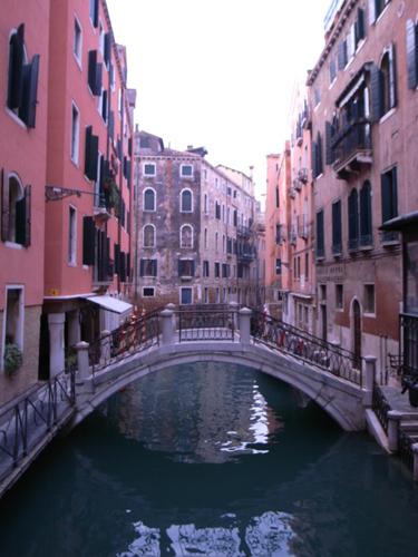 路地もまた魅力的なヴェネツィアです_f0106597_17571014.jpg