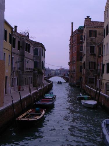 路地もまた魅力的なヴェネツィアです_f0106597_1801476.jpg