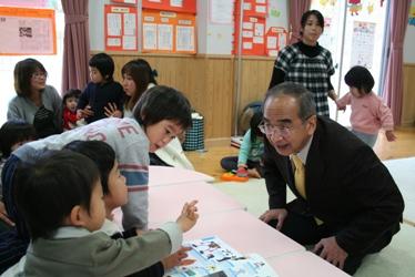 子どもたちと会話する知事