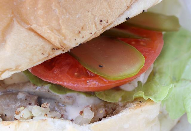 メープルチキンバーガーを食べてデザイン・フェスタ・ギャラリーに_b0067789_1945962.jpg