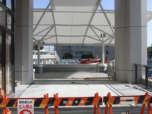 市役所の玄関入口にエスカレーターが!_f0141310_23281646.jpg