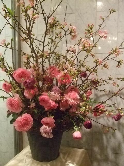 オークリーフ(河津桜とラナンキュラスのアレンジメント)_f0049672_16334743.jpg