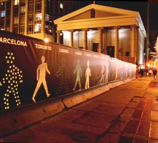 世界の歩行者用信号機の「青」マークを集めたアート?_b0007805_22204698.jpg
