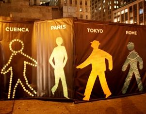 世界の歩行者用信号機の「青」マークを集めたアート?_b0007805_22211136.jpg