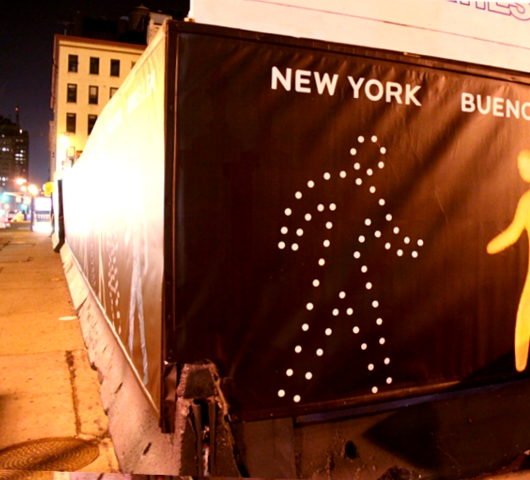 世界の歩行者用信号機の「青」マークを集めたアート?_b0007805_22213870.jpg