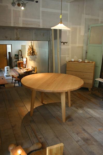 丸テーブルとキャビネット_f0171785_16194057.jpg