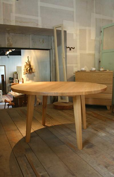 丸テーブルとキャビネット_f0171785_16234487.jpg