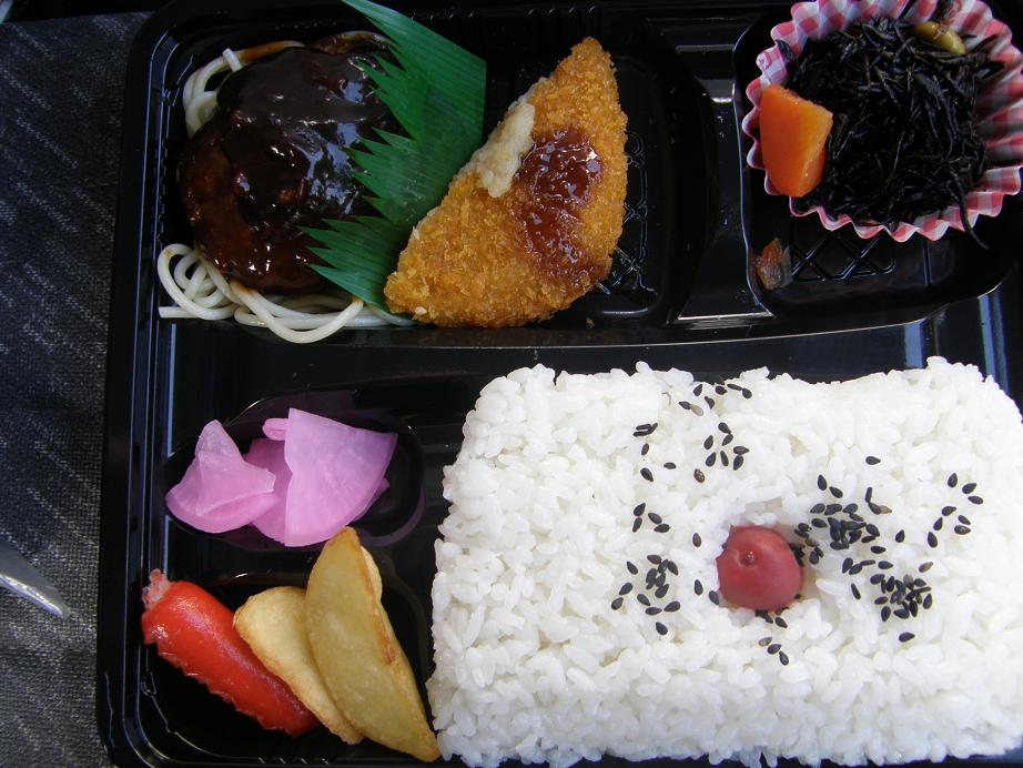 ぐるメール淡路店のハンバーグ弁当とエースコックの坦々麺_c0118393_9245837.jpg