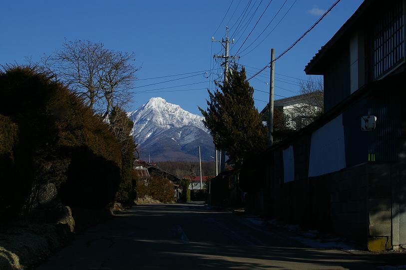 路地の向こうに阿弥陀岳。_f0163491_17563689.jpg