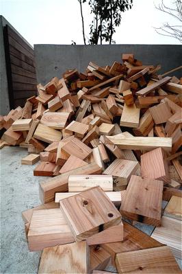 大量のマキ(廃材)が届けられました・・・_f0165030_7221792.jpg