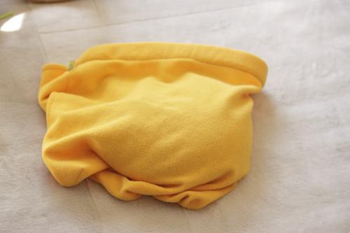 むっくりふくらんだオレンジのもぐり毛布