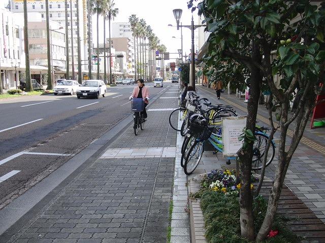自転車専用レーンがずいぶん前からある?街・宮崎市_f0141310_051827.jpg