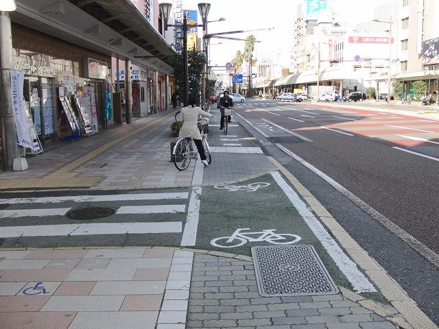 自転車専用レーンがずいぶん前からある?街・宮崎市_f0141310_053581.jpg