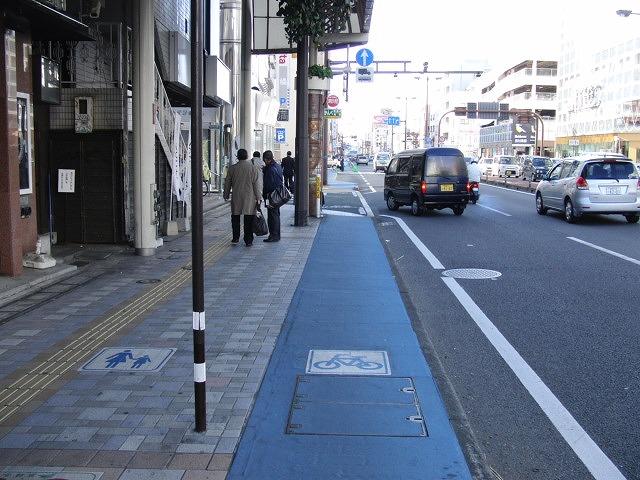 自転車専用レーンがずいぶん前からある?街・宮崎市_f0141310_071446.jpg