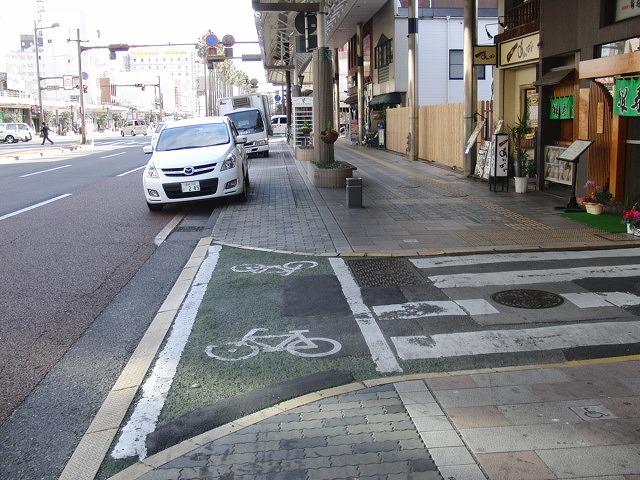 自転車専用レーンがずいぶん前からある?街・宮崎市_f0141310_07183.jpg