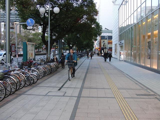 自転車専用レーンがずいぶん前からある?街・宮崎市_f0141310_073946.jpg