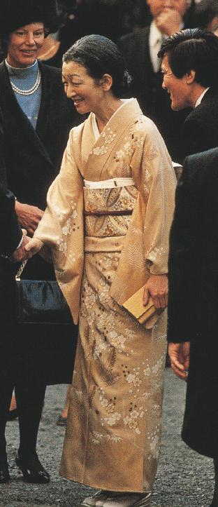 写真集 美智子さまのお着物/朝日新聞社編_f0134963_1728399.jpg