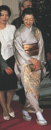 写真集 美智子さまのお着物/朝日新聞社編_f0134963_17312233.jpg