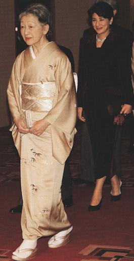 写真集 美智子さまのお着物/朝日新聞社編_f0134963_17372177.jpg