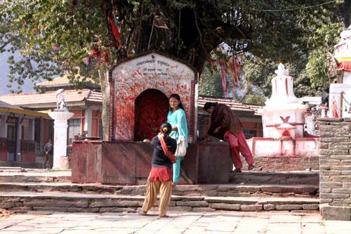 ネパールを歩く1、ポカラ ヒンドゥバシニ寺院など_e0048413_10275158.jpg